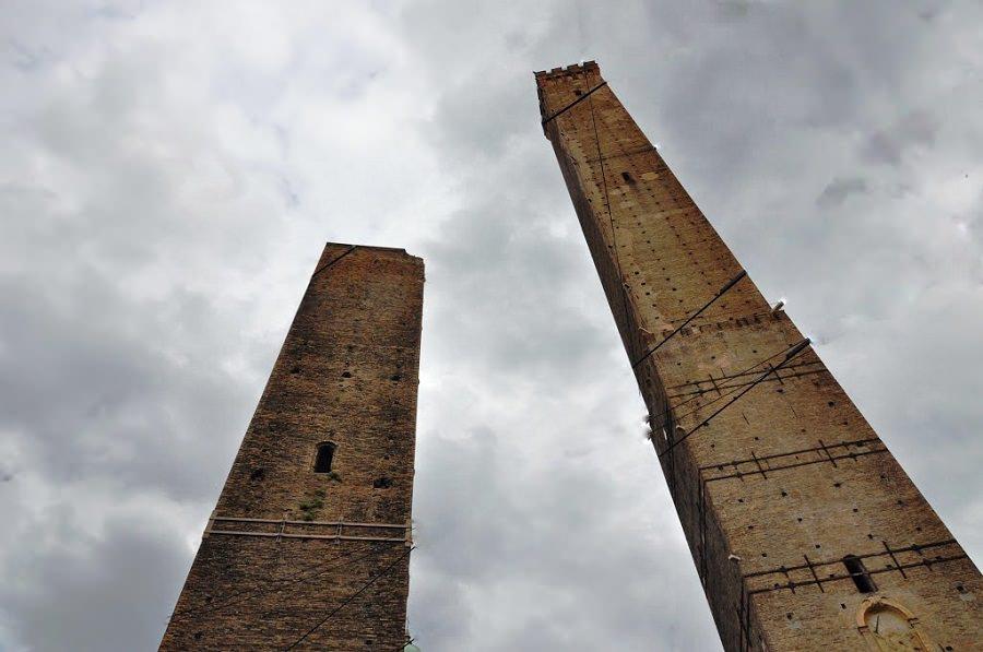 turnurile din Bologna